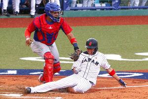 8回1死二塁、吉田正の左前打で本塁突入もタッチアウトの山田