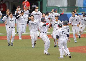 9回、サヨナラ勝ちし、喜ぶ日本ナイン(カメラ・相川 和寛)