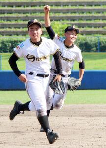 最後の打者を打ち取り、喜ぶ東広島・石田(左)ら