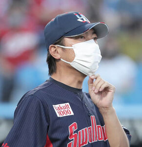 4回2死一塁、福家英登球審に選手交代を告げる高津臣吾監督