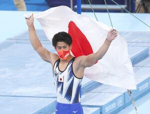 体操男子個人総合で金メダルを獲得し、喜ぶ橋本大輝(ロイター)