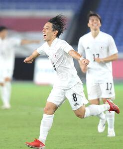 後半25分、ゴールを決め歓喜する三好康児(カメラ・宮崎 亮太)
