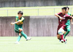 後半25分、静岡学園MF山下輝大(左)がミドルシュートを決める
