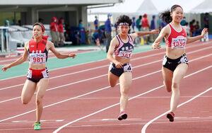 女子100メートルで4位に入った常盤木学園・佐藤(中央)