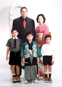 ウルフ・アロン(前列中央)が5歳の時、七五三を家族で祝った(マネジメント会社提供)