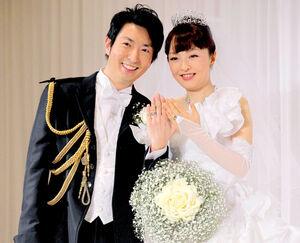 有村昆と丸岡いずみ(2013年の挙式時)