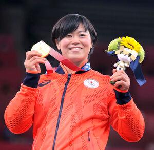 女子78キロで優勝し、金メダルを手に笑顔を見せる浜田尚里(カメラ・相川 和寛)