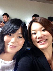 大学時代のルームメート加賀谷千保さん(右)と記念撮影(加賀谷さん提供)