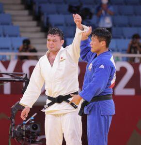 男子100キロ級決勝、ゴールデンスコアの末に一本勝ちし、金メダルを獲得したウルフ・アロン(左)を称える趙グハム(カメラ・相川 和寛)