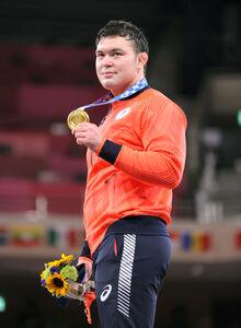 金メダルを手に笑顔を見せるウルフ・アロン