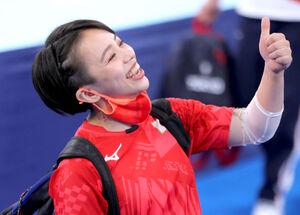5位入賞の村上茉愛。スタンドのチームメートにサムアップポーズする (カメラ・竜田 卓)