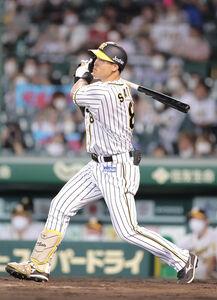 5回2死一塁、佐藤輝明が右中間へ追加点となる2ラン本塁打を放つ(カメラ・渡辺 了文)