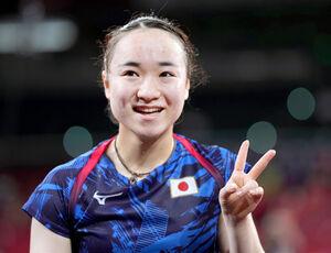 銅メダルを獲得したものの、悔しそうな表情でVサインする伊藤美誠