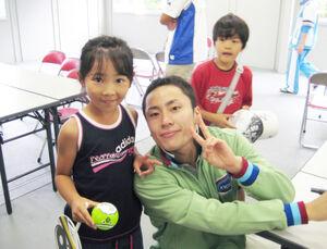 6歳の時、大分国体に出場していた太田雄貴氏(写真右)と笑顔でピースをつくる上野(提供写真)