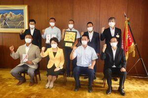 表敬訪問で吉村知事らと記念撮影した日大山形