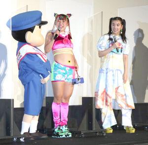 初日舞台あいさつを行った、フワちゃん(中央)はへそに刺したひまわりを見せた(左はしんちゃん、右は仲里依紗)