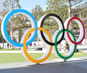 JAPAN SPORT OLYMPIC SQUARE前のオリンピックモニュメントと国立競技場
