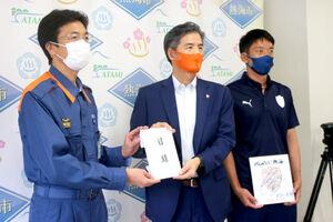 J1清水の山室社長(中央)が熱海市の斉藤市長(左)に義援金の目録を贈呈した(右はGK権田)