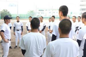 練習中、池田監督(左)の話を聞く静岡ナイン