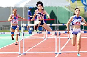 女子400メートルハードルで4位に入った常盤木学園・日下あやな(中央)