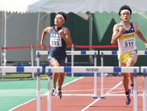 男子400メートルハードルで7位に入った日大東北・町田怜央(左)
