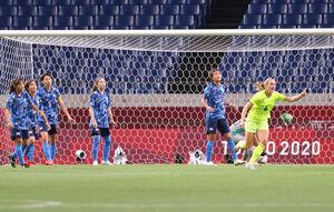 前半7分、マグダレナ・エリクソン(6)に先制ゴールを決められたなでしこジャパン (カメラ・竜田 卓)