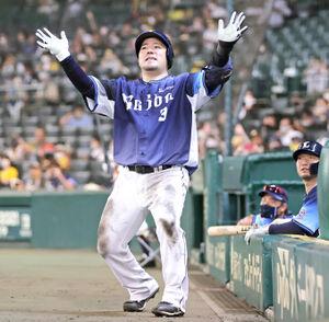 6回1死、2者連続となる同点中越えソロ本塁打を放ち、無発声でどすこいポーズを披露する山川穂高