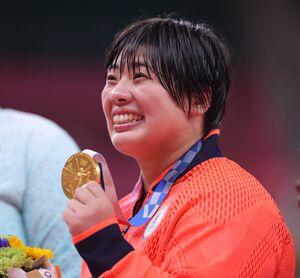 女子78㌔超級で優勝し、金メダルを手に笑顔を見せる素根輝(カメラ・相川 和寛)