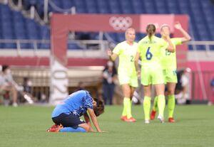 準々決勝でスウェーデンに敗れ、ピッチに座り込んだ田中美南(カメラ・竜田 卓)