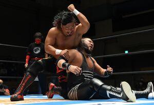 イリミネーションマッチでEVILに渾身のエルボーを叩き込む鷹木信悟(左=新日本プロレス提供)