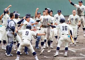 延長10回2死、修徳の佐藤(中央)がサヨナラの満塁弾を放ち生還、歓喜のナインに迎えられる(カメラ・頓所 美代子)