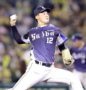 7回のマウンドに向かい、投球練習を行う西武先発・渡辺勇太朗
