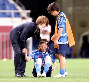 準々決勝でスウェーデンに敗れ選手たちに駆け寄る高倉麻子監督(左)(カメラ・竜田 卓)