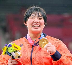 女子78キロ超級で優勝し、金メダルを手に笑顔を見せる素根輝(カメラ・相川 和寛)