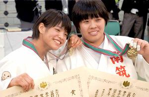 17年、高校選手権で優勝した52キロ級の阿部詩(左)と無差別級の素根
