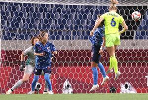 前半7分、マグダレナ・エリクソン(6)に先制ゴールを決められたなでしこジャパン (GK・山下=カメラ・竜田 卓)
