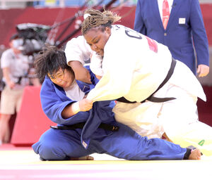 女子78キロ超級決勝、相手の反則負けで金メダルを獲得した素根輝(左)(カメラ・相川 和寛)