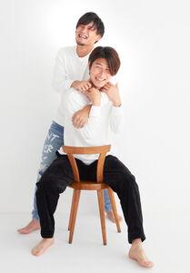 橋岡(手前)と兄・和樹さん(和樹さん提供)