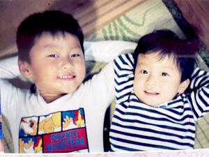 子どもの頃の原沢久喜(左)と弟・侑高さん(浅井企画提供)