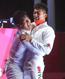 準々決勝で加納(左)と抱き合って喜ぶ見延(ロイター)