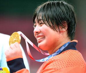 女子78キロ超級で優勝し、金メダルを手に笑顔を見せる素根輝