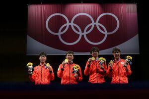 金メダルを持って並ぶエペ団体の日本チーム(ロイター)