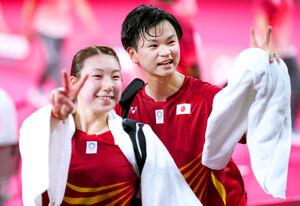バドミントン混合ダブルス3位決定戦に勝利した渡辺勇大、東野有紗組