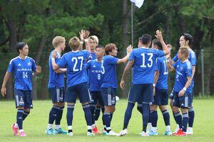 練習試合に臨む横浜FMの選手たち