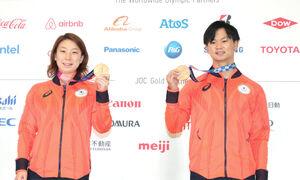 会見したバドミントン混合ダブルス銅メダルの東野有紗と渡辺勇大