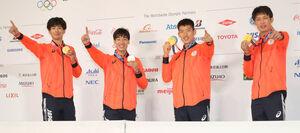 金メダルを手にポーズを決めたフェンシングエペ男子団体の(左から)宇山賢、加納虹輝、見延和靖、山田優(代表撮影)