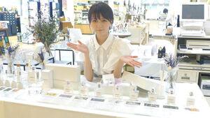 自身の香水ブランドのポップアップショップを開催するこばしり。