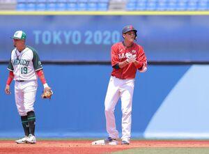 左翼線へ二塁打を放った坂本勇人