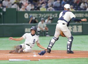 藤原の中前適時打で二塁から生還した国学院久我山の下川辺隼人