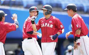 3ランを放ちチームメートに迎えられる山田哲人(右から2人目)